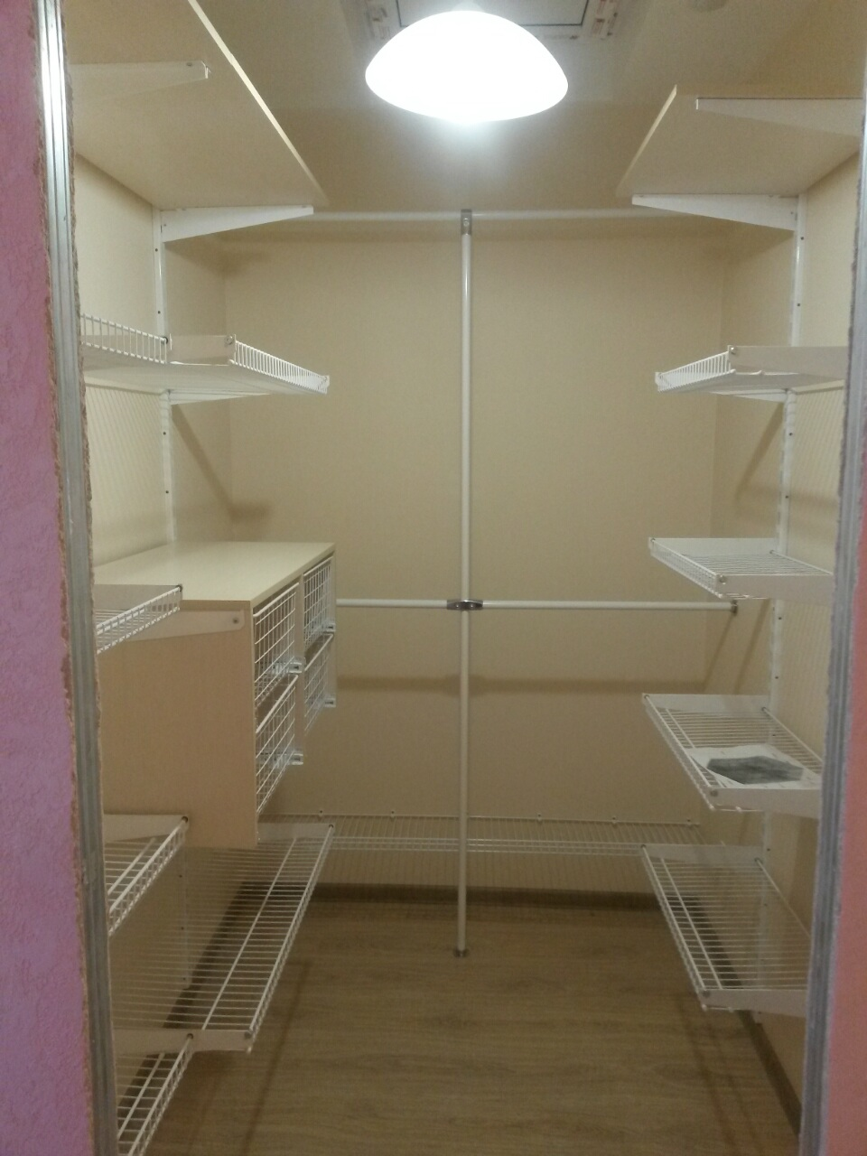 Гамма мебели - гардеробная комната(сетчатые полки,блоки с вы.